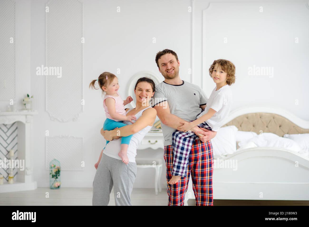 Joyeux début de journée dans une famille heureuse. Chambre à coucher confortable. Les jeunes parents Photo Stock