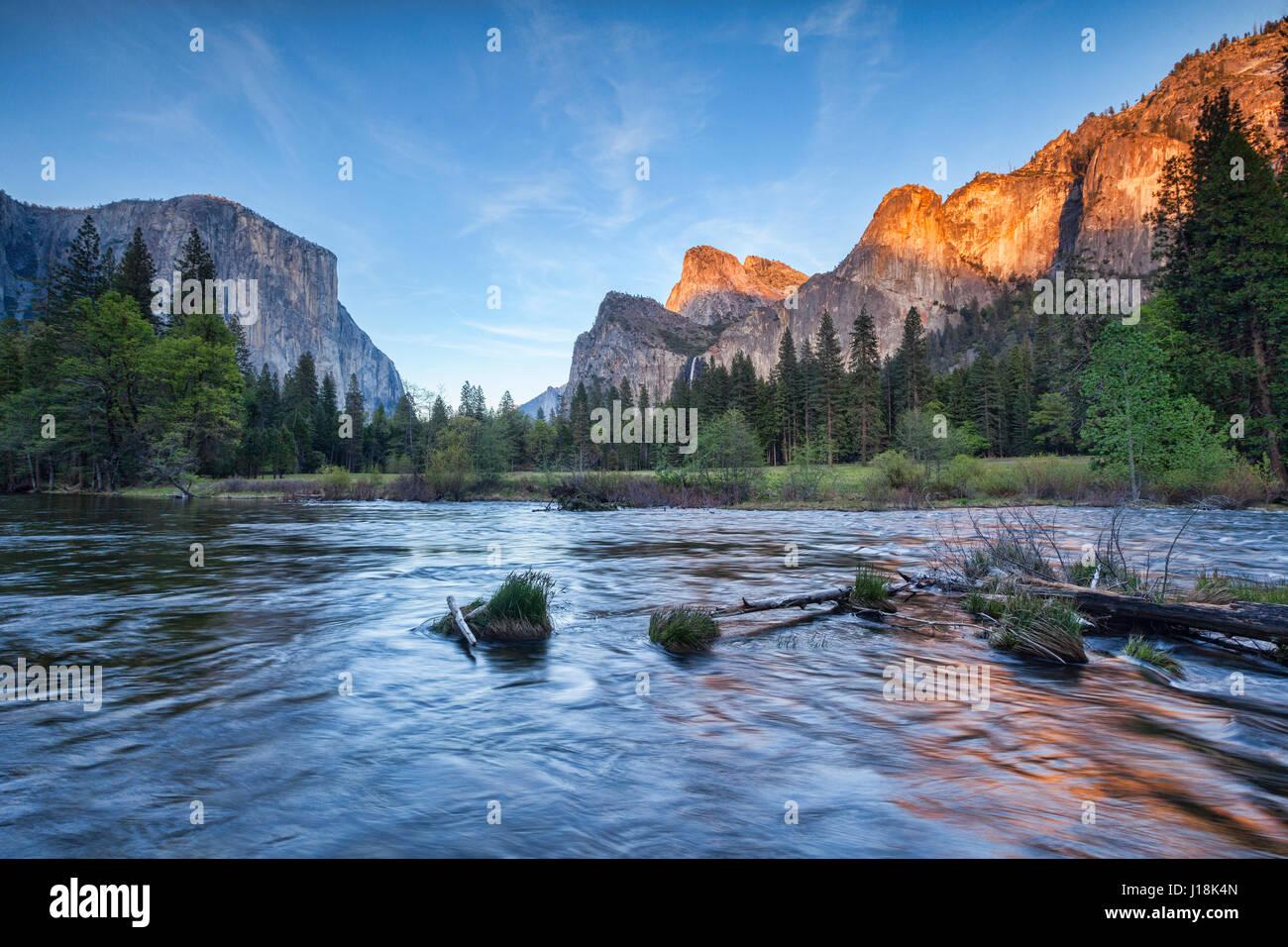 Une soirée tranquille comme le soleil se couche dans le Parc National de Yosemite, Calfornia, USA. Photo Stock