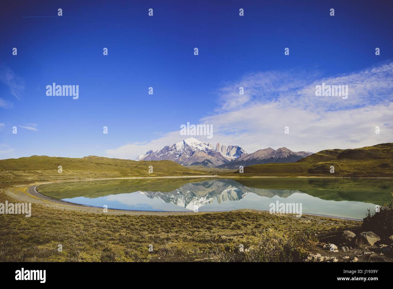 Réflexions sur la montagne au parc national Torres del Paine, Chili Photo Stock