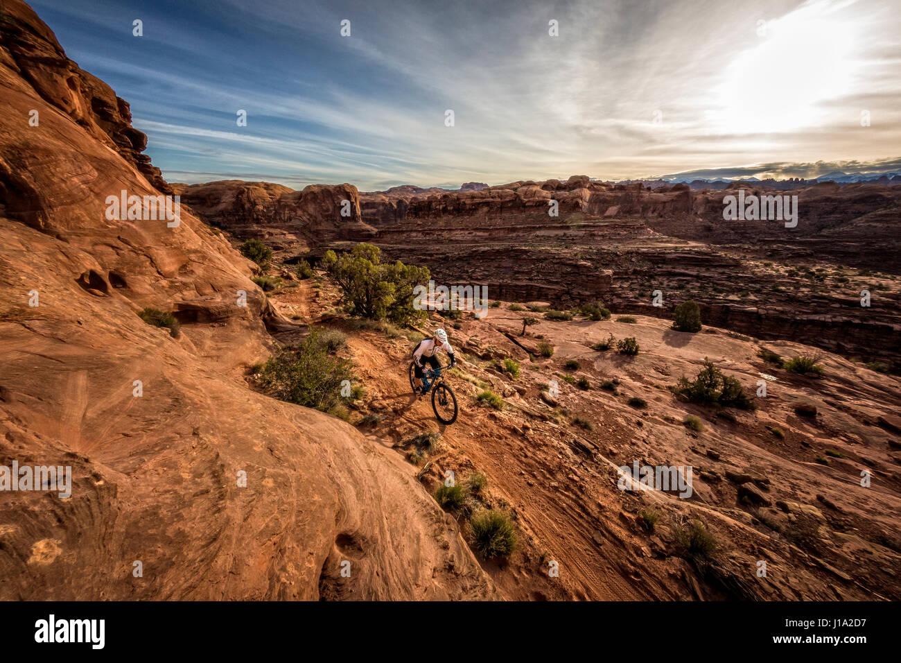 Kyle Mears vélo de montagne sur le Hymasa trail, Moab, Utah. Photo Stock