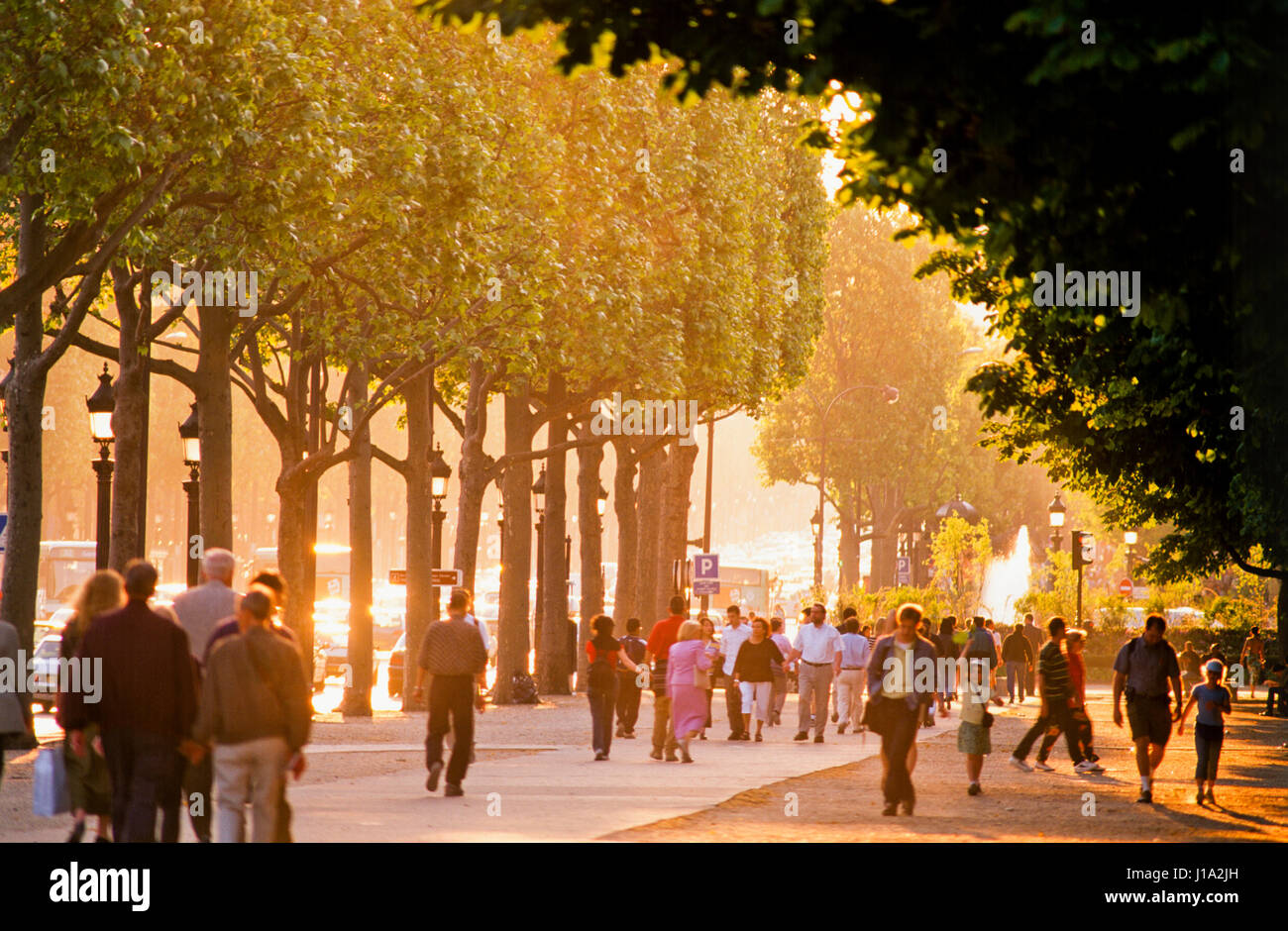 Les gens qui marchent sur la chaussée. Photo Stock