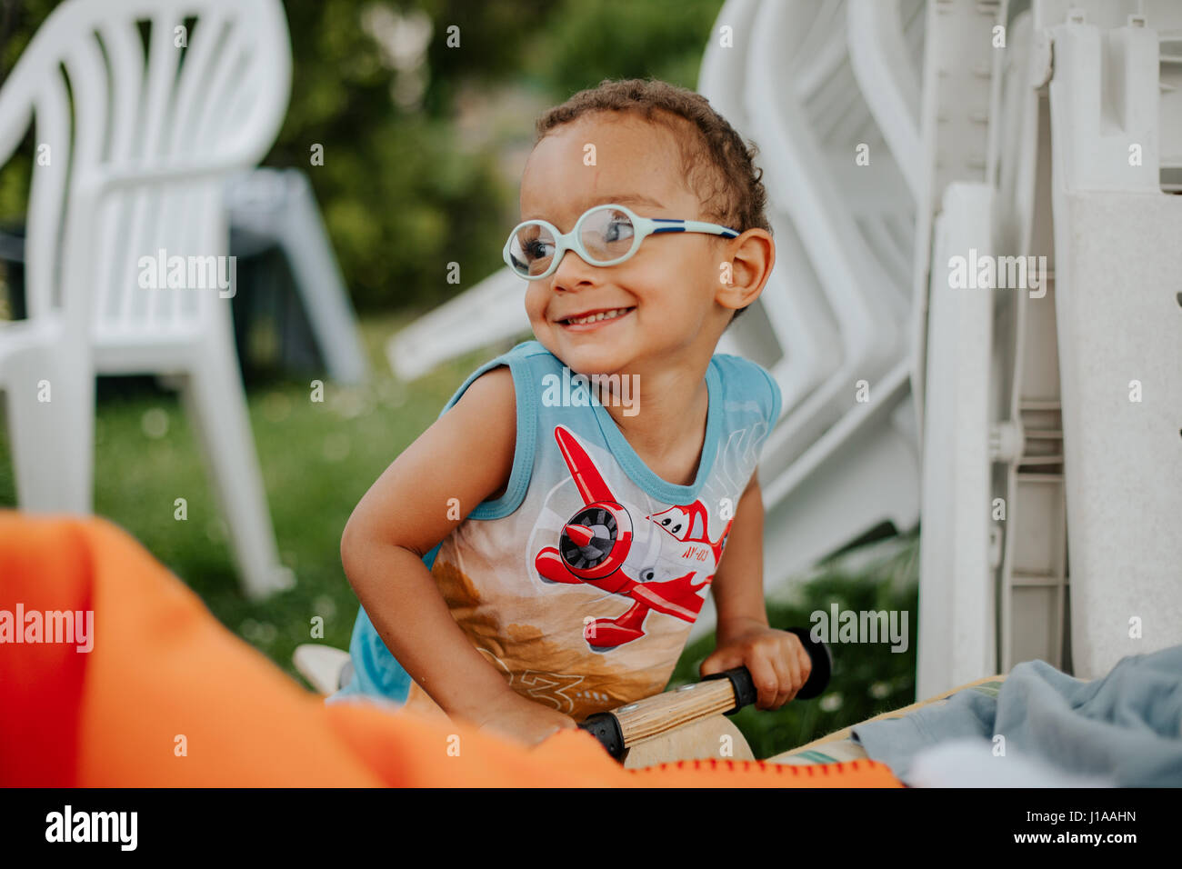 Jeune garçon de couleur s'amuse sur l'oscillation Photo Stock