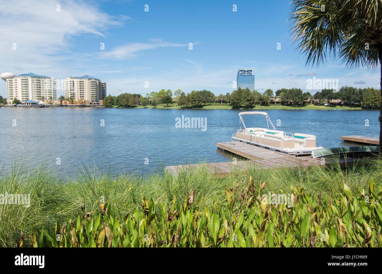 Altamonte Springs Florida lake et bateaux à rôti grues ville dans les magasins et centre commercial, Banque D'Images