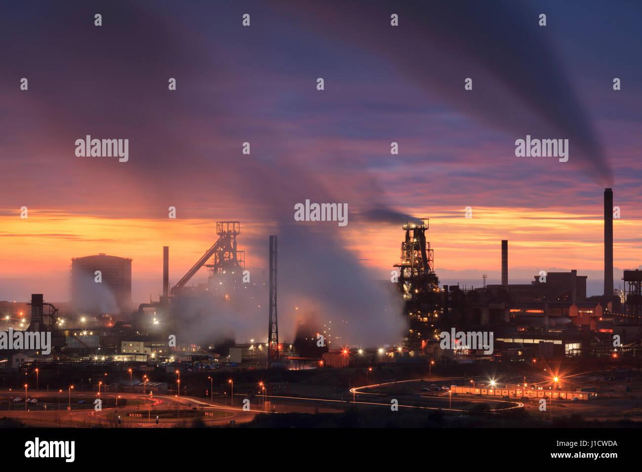 Coucher de soleil sur Port Talbot Steel Works, dans le sud du Pays de Galles, Pays de Galles, Royaume-Uni Banque D'Images
