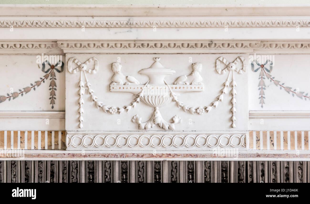La sculpture sur marbre blanc orné d'une cheminée en pierre et du manteau surround Photo Stock