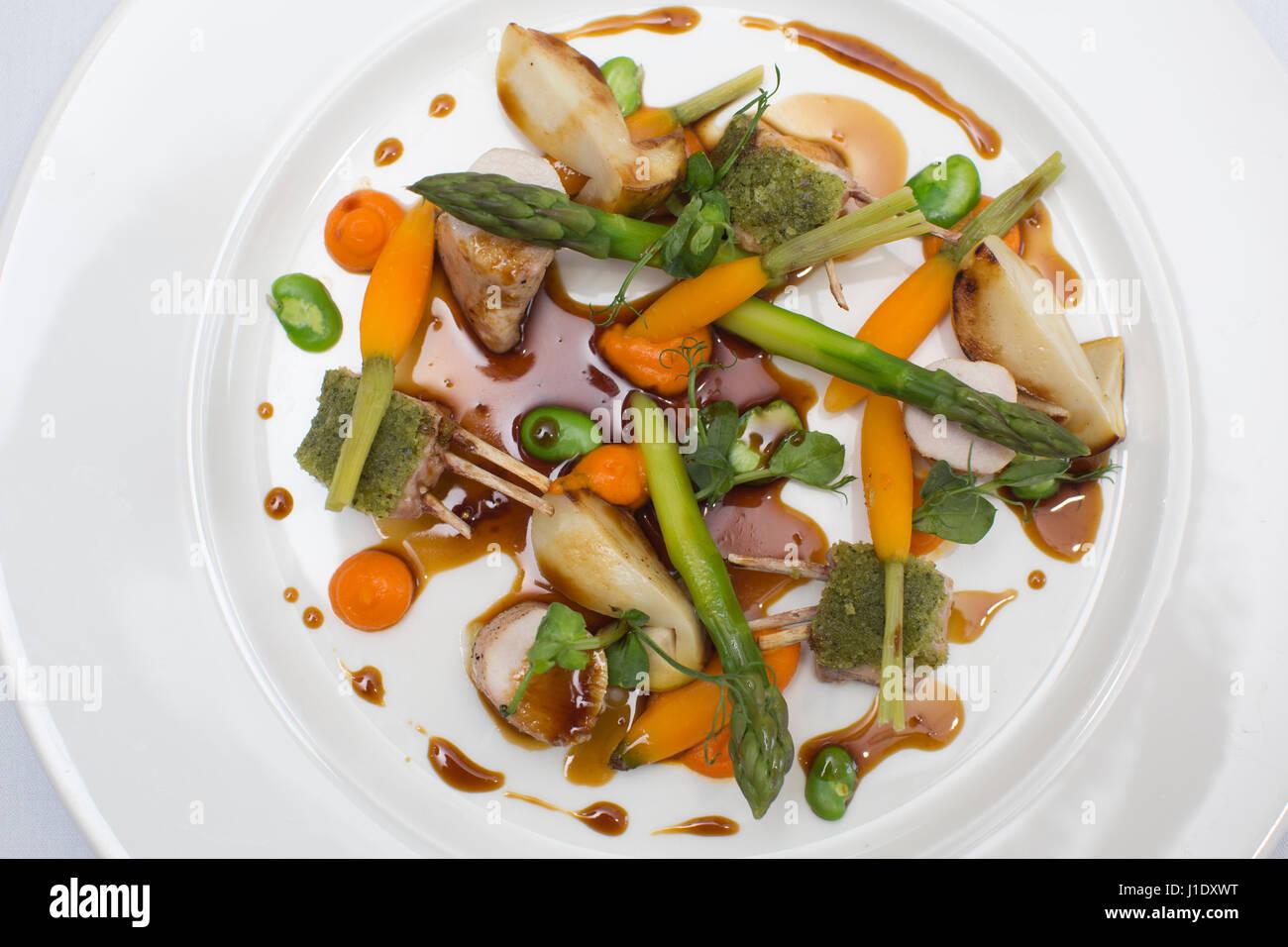 Le râble de lapin, purée de carottes, asperges, fèves et cèpes, Bois Rouge Bistro restaurant Photo Stock