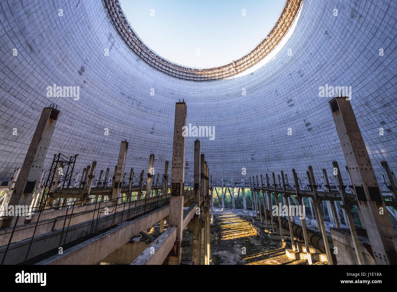 l 39 int rieur de la tour de refroidissement de la centrale nucl aire de tchernobyl dans la zone. Black Bedroom Furniture Sets. Home Design Ideas