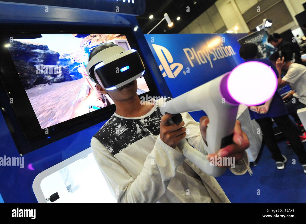 Bangkok, Thaïlande. Apr 21, 2017. Un visiteur essaye sur une réalité virtuelle (RV) périphérique de jeu au cours de la Thaïlande Comic Con 2017 à Bangkok, Thaïlande, le 21 avril 2017. Thaïlande Comic Con 2017, un événement de trois jours qui dispose d'animations, dessins animés, jeux vidéo et autres activités connexes et des produits, a été lancé à Bangkok le vendredi. Credit: Rachen Sageamsak/Xinhua/Alamy Live News Banque D'Images