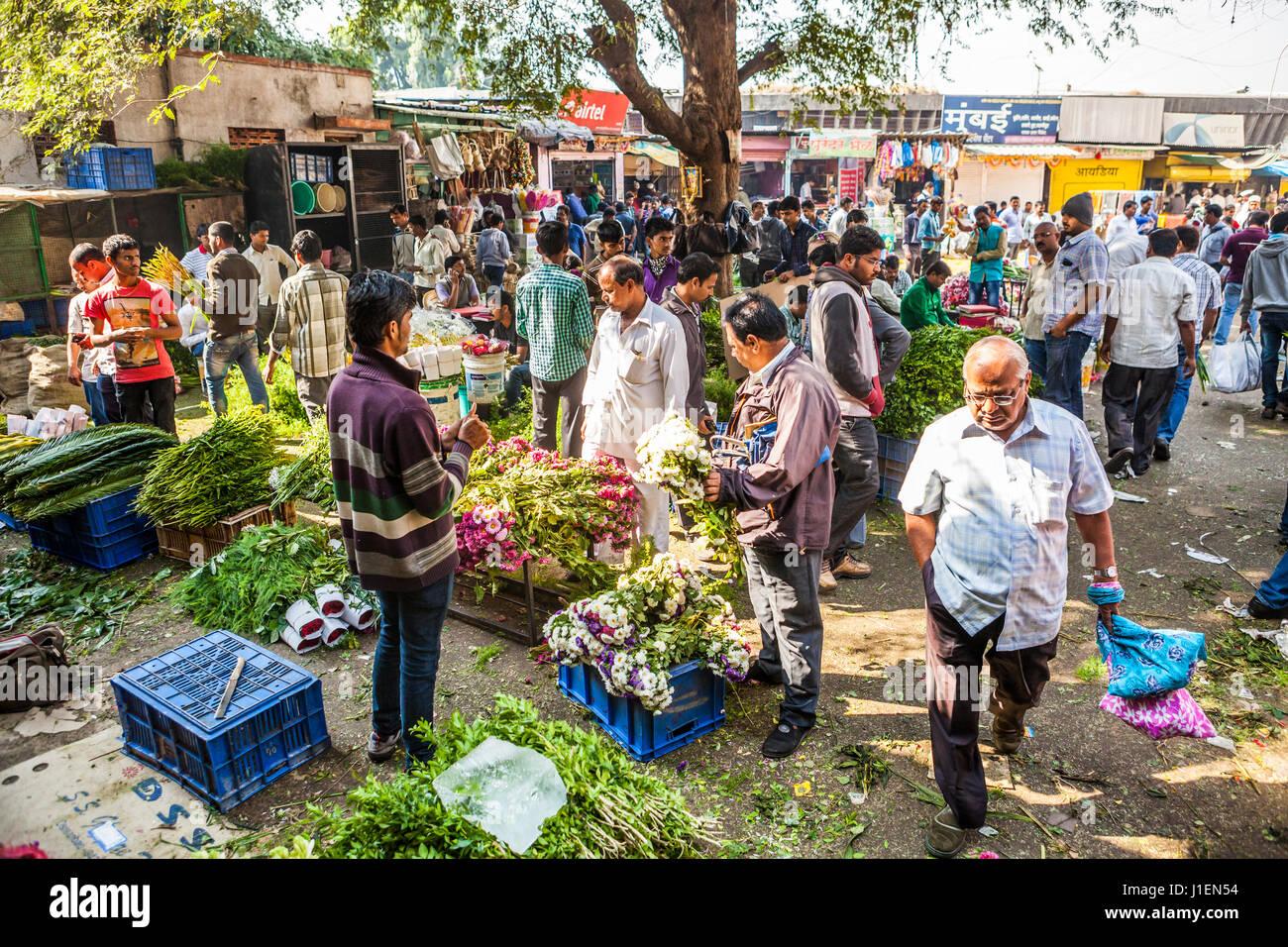 Un espace extérieur à un marché aux fleurs à Pune, en Inde. Banque D'Images
