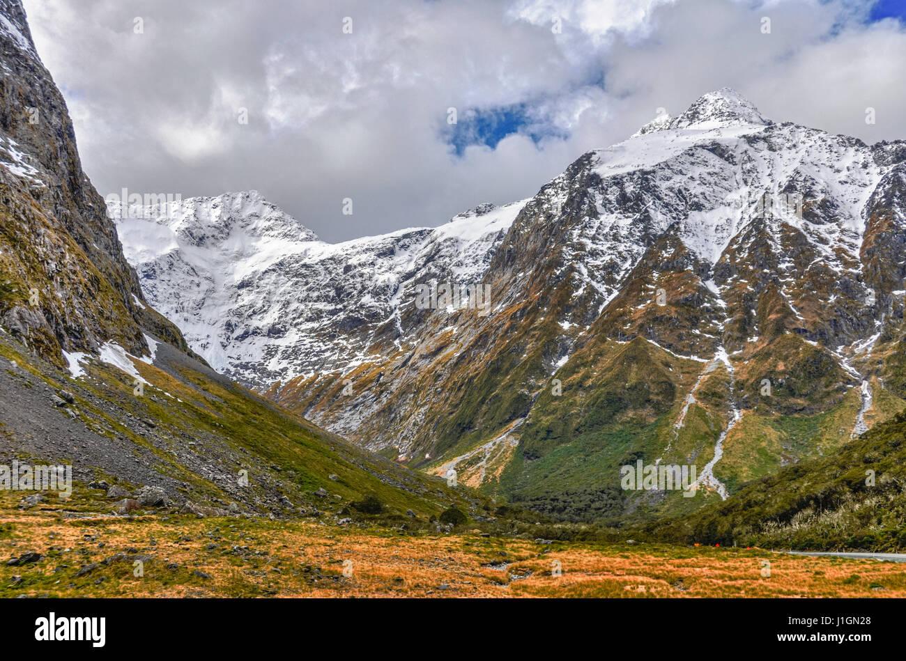 Les montagnes enneigées dans le Milford Road, l'une des plus belles routes panoramiques en Nouvelle Zélande Photo Stock