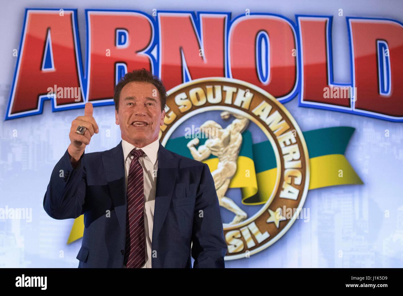 L'acteur américain Arnold Schwarzenegger culturiste et sourit au cours d'une conférence de presse Photo Stock
