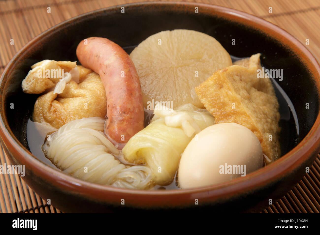 Nouilles chinoises avec saucisses, œufs et radis waton Photo Stock