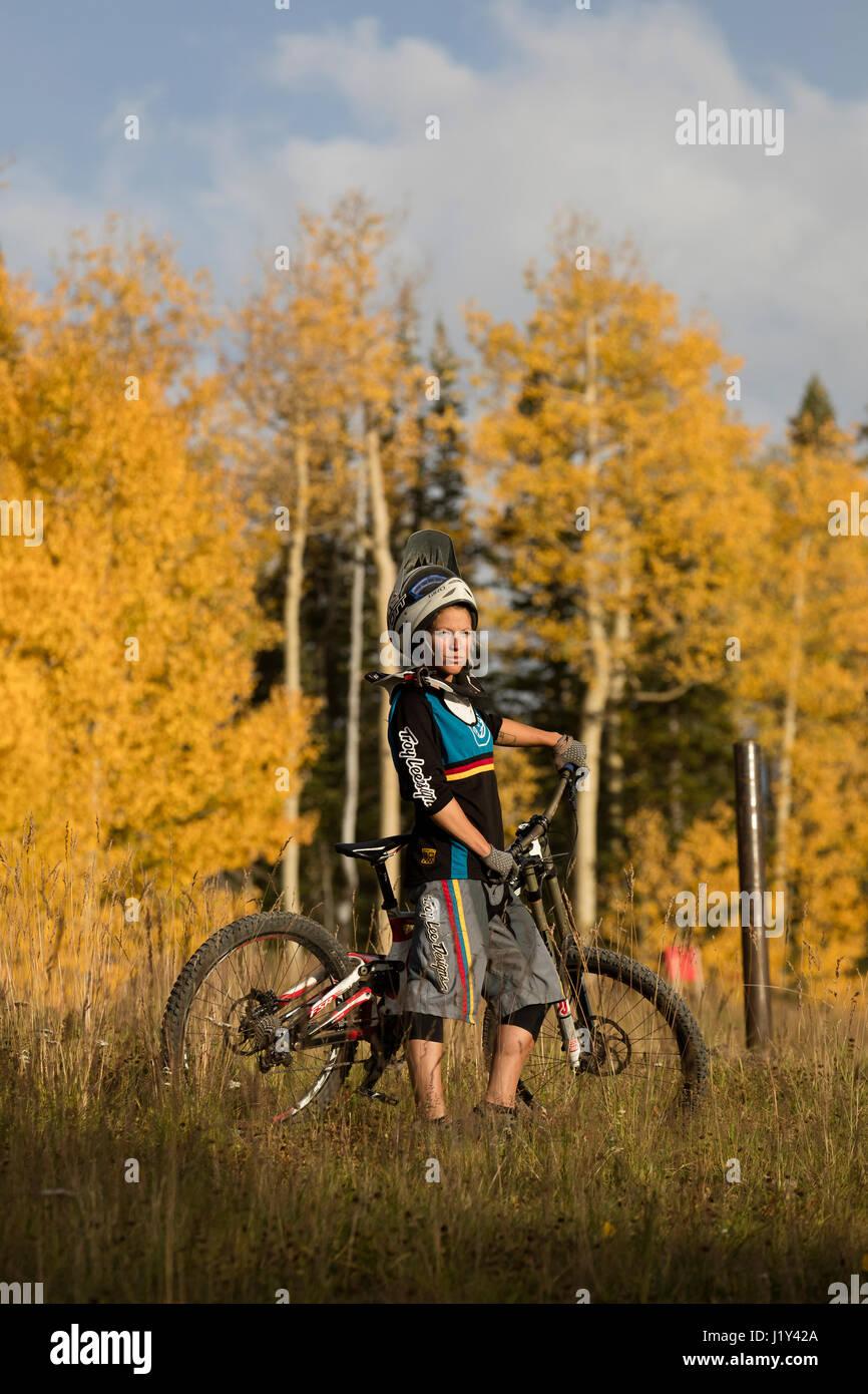 Aurelie Slegers debout avec son VTT dans la région de Telluride, Colorado. Photo Stock