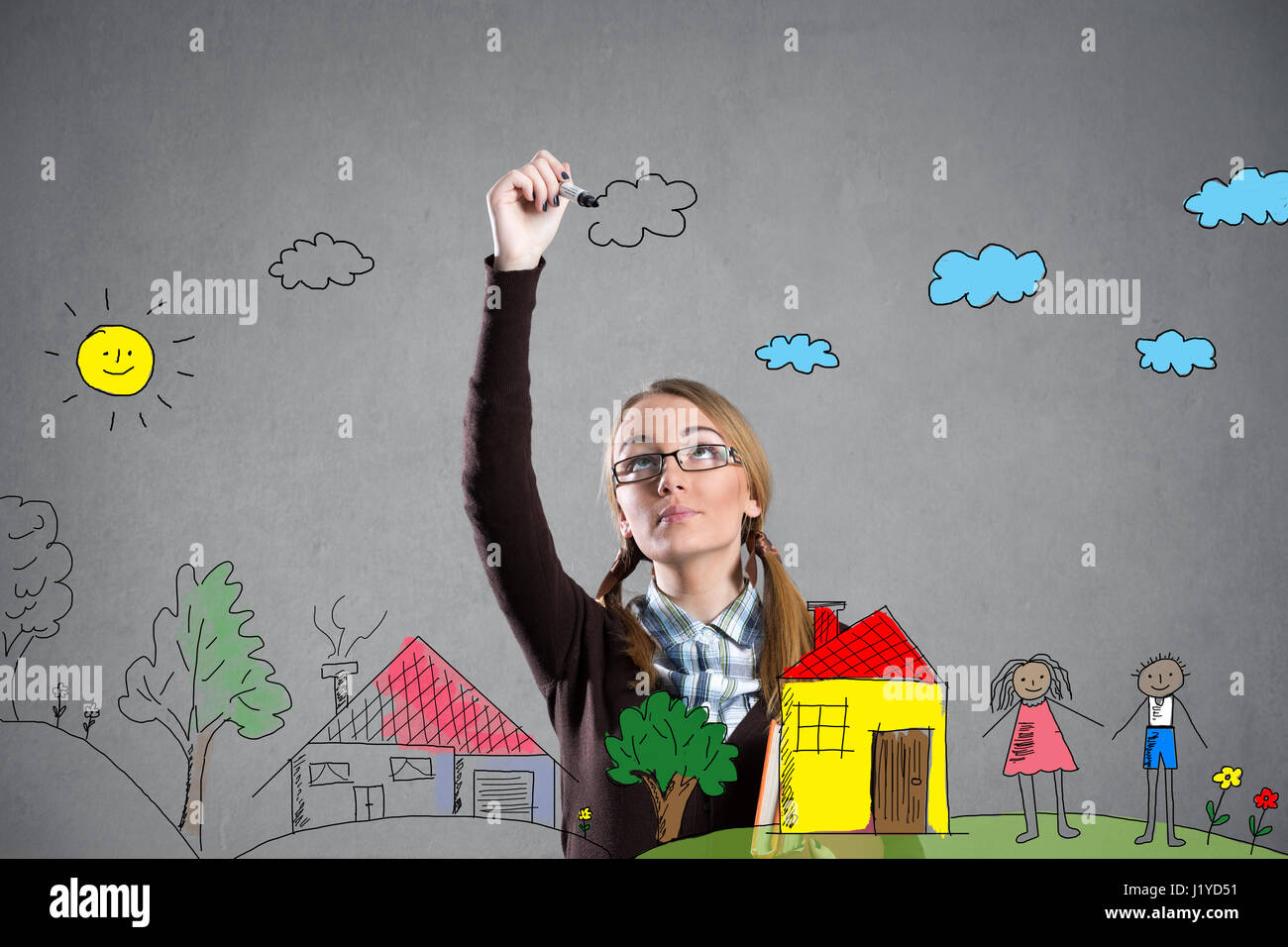 Teen girl dessin avec un marqueur sur la paroi transparente Photo Stock