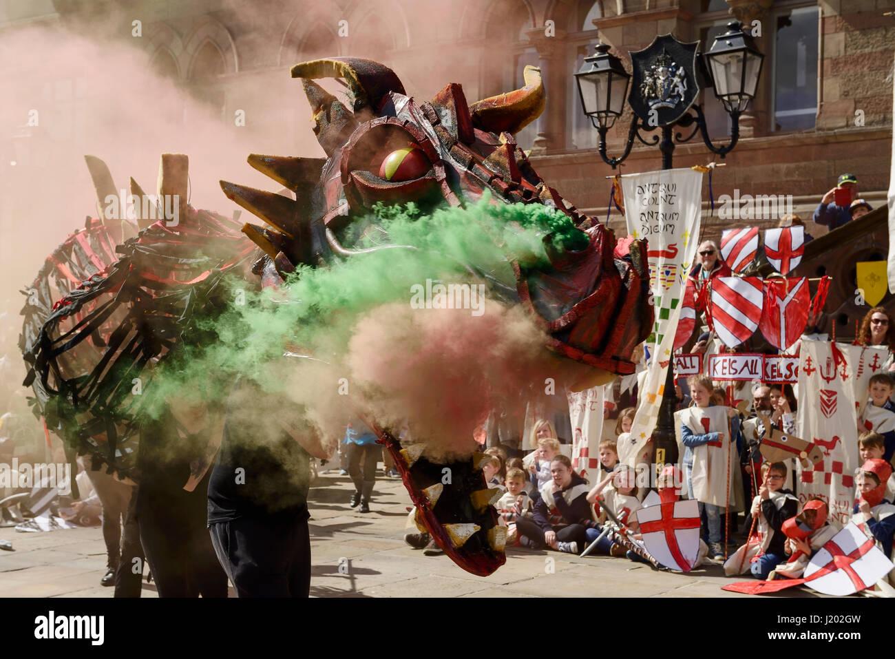 Chester, Royaume-Uni. 23 avril 2017. La respiration de la fumée d'un dragon fait une entrée dans le Photo Stock