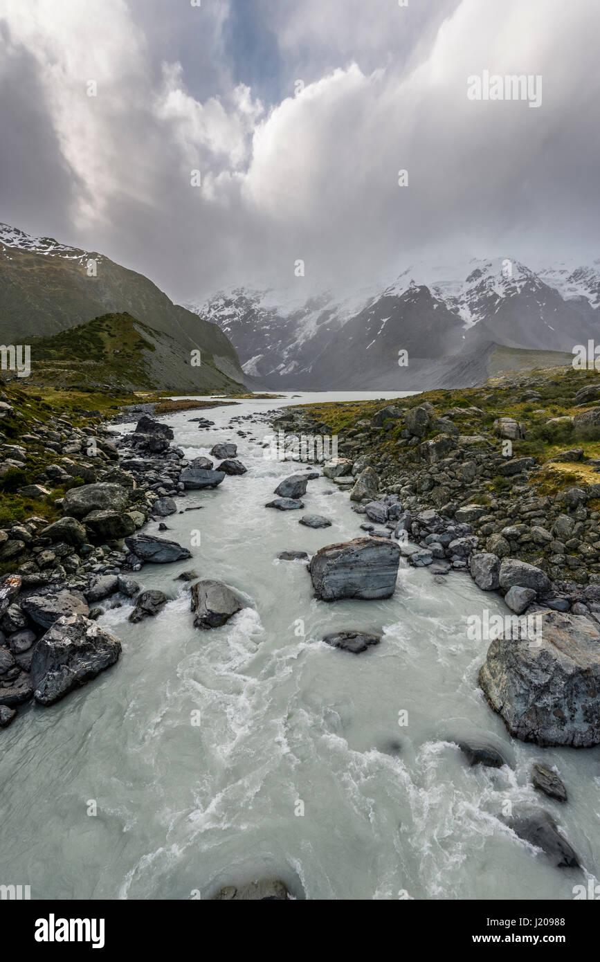 River Hooker River, Nuageux Montagne, Hooker Valley, Parc National du Mont Cook, Alpes du Sud, région de Canterbury, Photo Stock