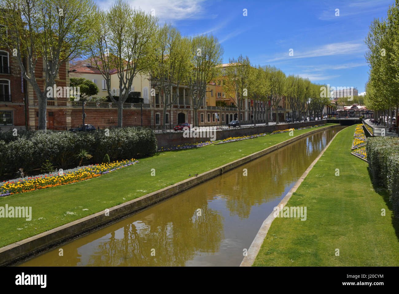 La Basse canal au centre-ville de Perpignan sur une journée ensoleillée de printemps Photo Stock