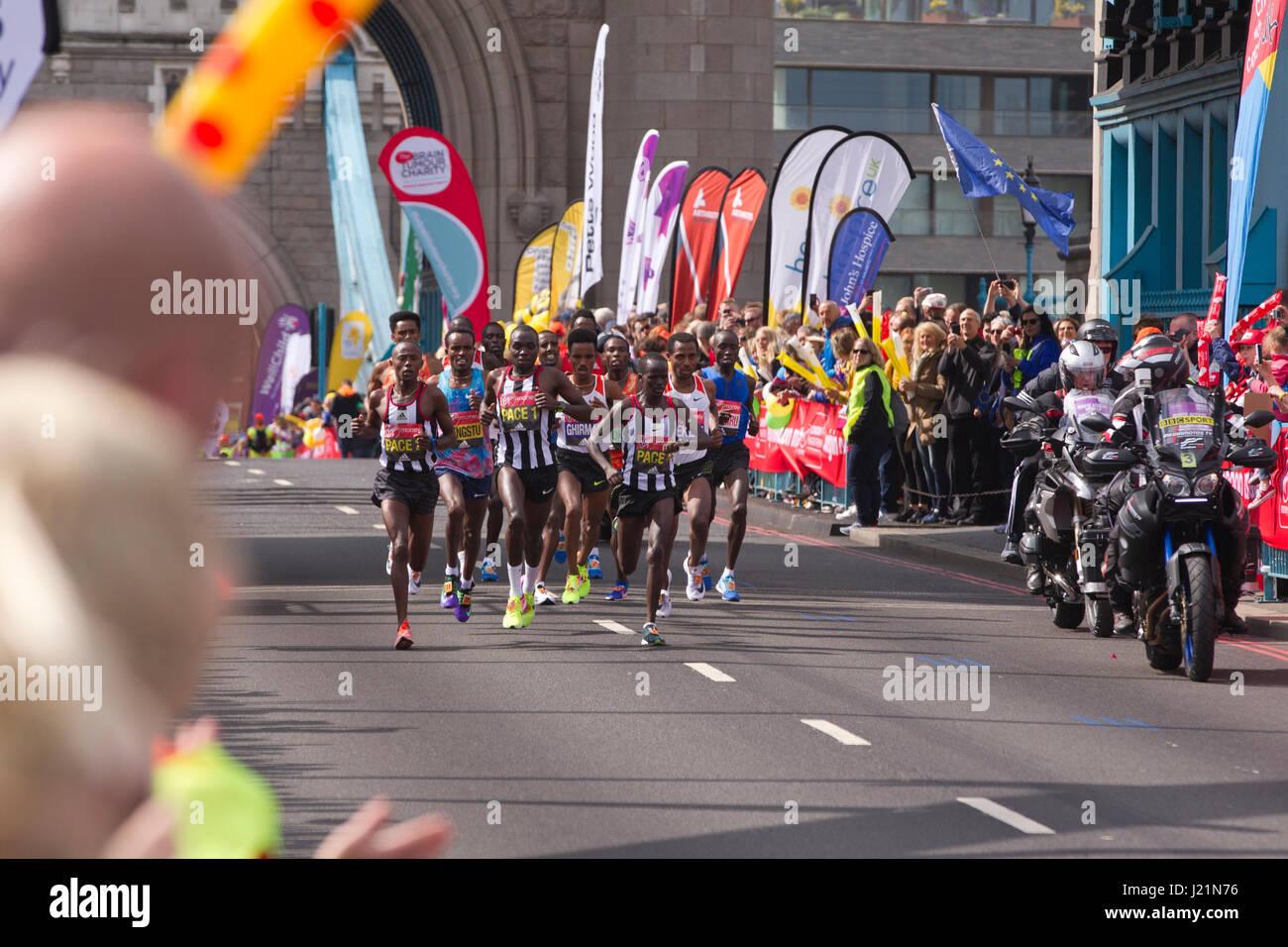 Londres, Royaume-Uni. 23 avril, 2017. MARATHON DE LONDRES 2017. Aujourd'hui quelque 50 000 coureurs sont descendus Photo Stock