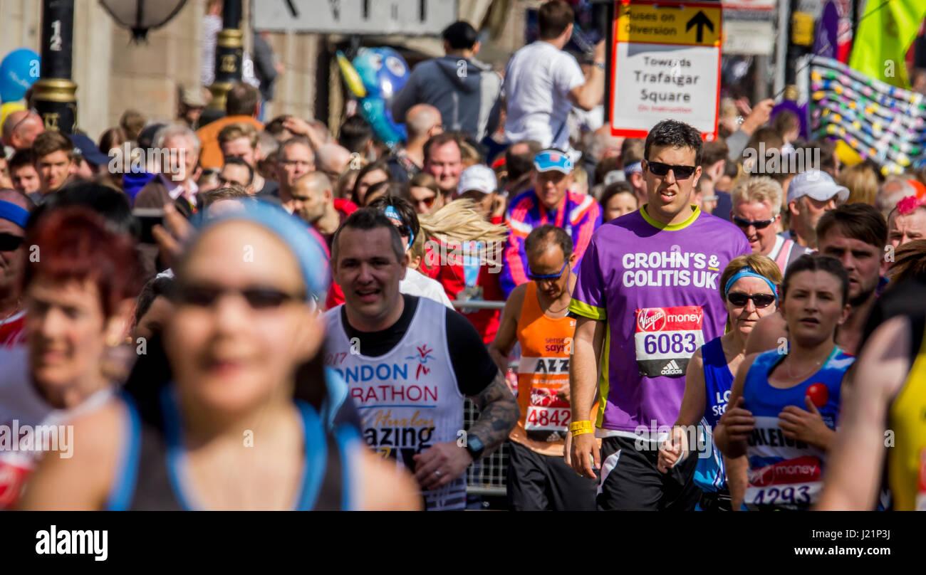 St Jame's Park, Londres, UK. 23 avr, 2017. Des milliers de personnes prennent part à la 37e marathon de Londres: crédit Alan Fraser/Alamy live news Banque D'Images