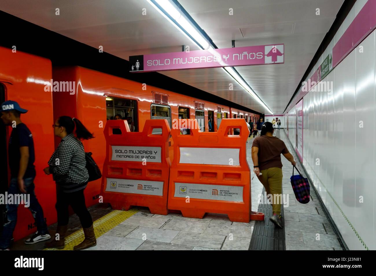 Seulement la femme voiture de métro blocus au Mexico City, Metro. Photo Stock
