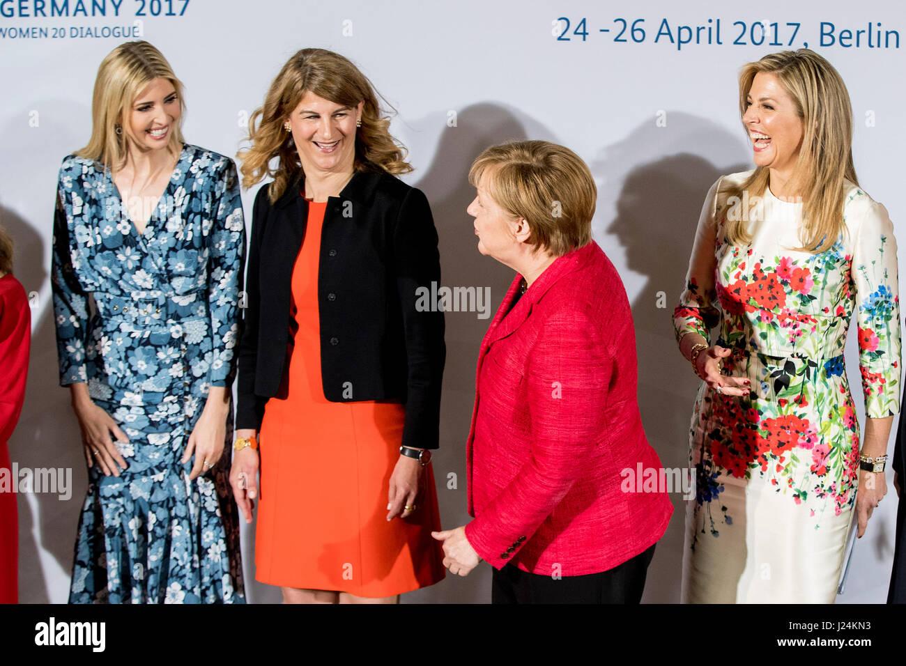Berlin, Allemagne. Apr 25, 2017. Ivanka Trump, fille et consultant du président des États-Unis (l-r), Stephanie Bschorr, Présidente de la femme20 en Allemagne, la chancelière allemande, Angela Merkel (CDU) et la Reine Maxima des Pays-Bas présentent au sommet du dialogue Femme 20 pour l'autonomisation des femmes à Berlin, Allemagne, 25 avril 2017. Objectif de la manifestation organisée dans le cadre de la présidence du G20 en Allemagne est de mettre les femmes dans une meilleure position économique, leur donner plus de possibilités sur le marché du travail et permettre une plus grande implication dans l'esprit d'entreprise. Photo: Kay Nietfeld/dpa/Alamy Live News Banque D'Images
