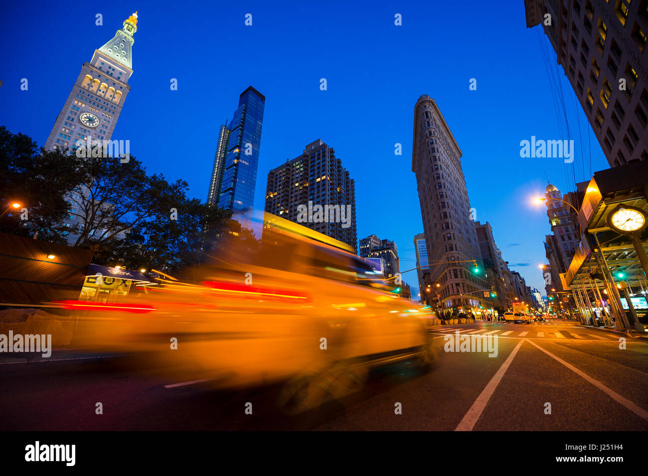 Le trafic passant dans le motion blur dans une soirée lumineuse vue sur les rues de New York au Madison Square, Photo Stock