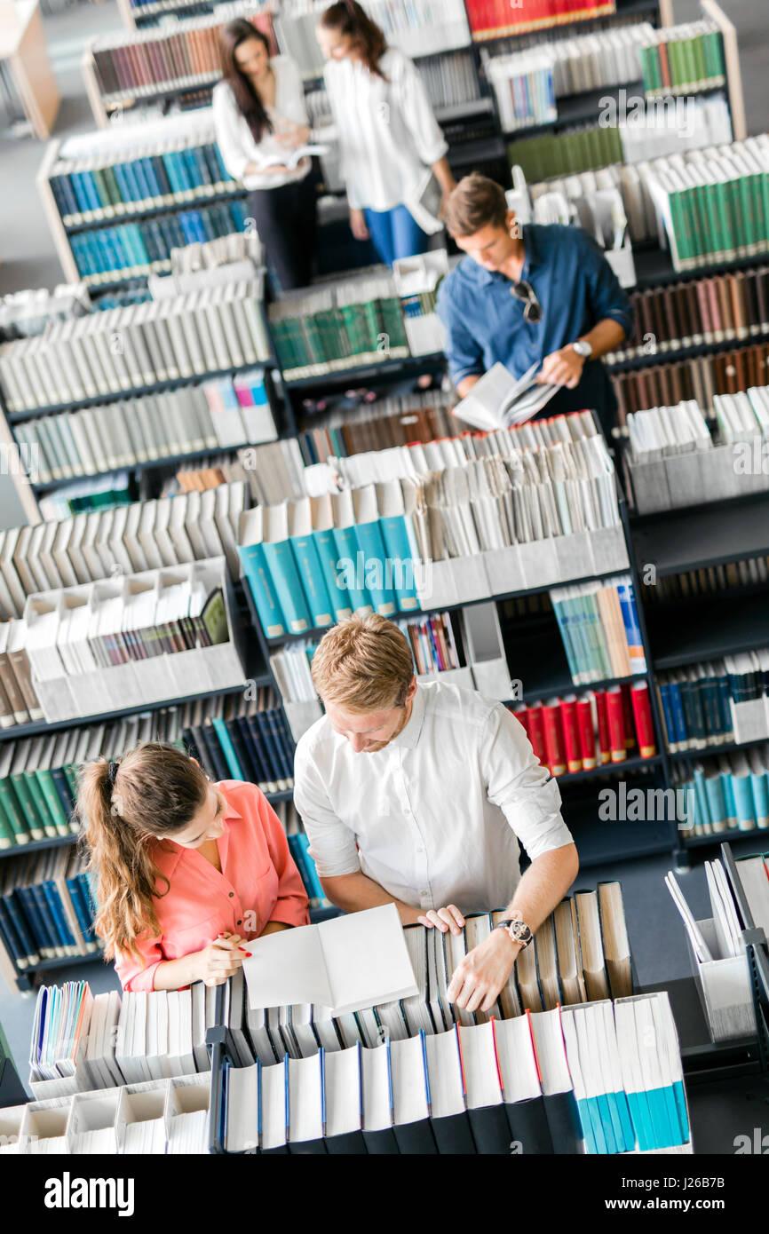 L'apprentissage des élèves, lecture à la bibliothèque, vue de dessus Photo Stock