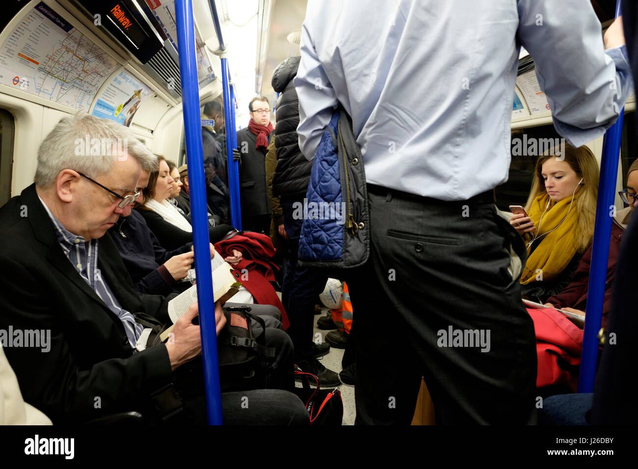 London Underground tube train bondé, Londres, Angleterre, Royaume-Uni, Europe Photo Stock