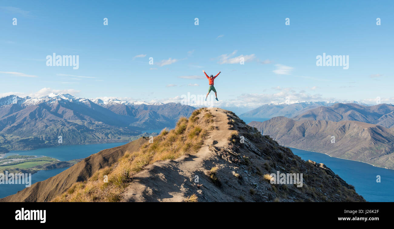 La coupe d'un randonneur caper, Vue sur montagnes et lac, Roys Peak, Lake Wanaka, Alpes du Sud, région Photo Stock