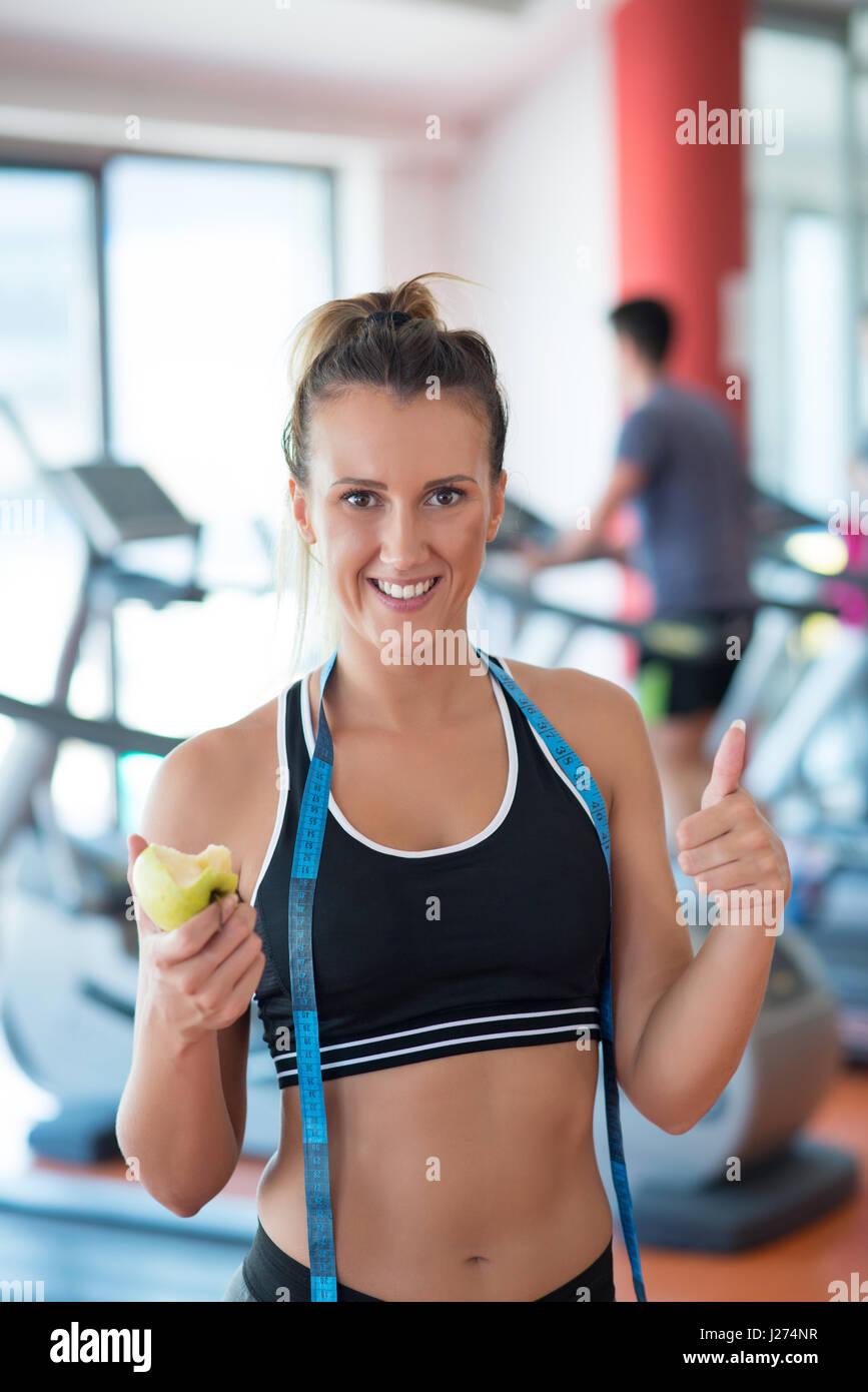 Buste d'une jeune femme avec une pomme et le compteur Photo Stock