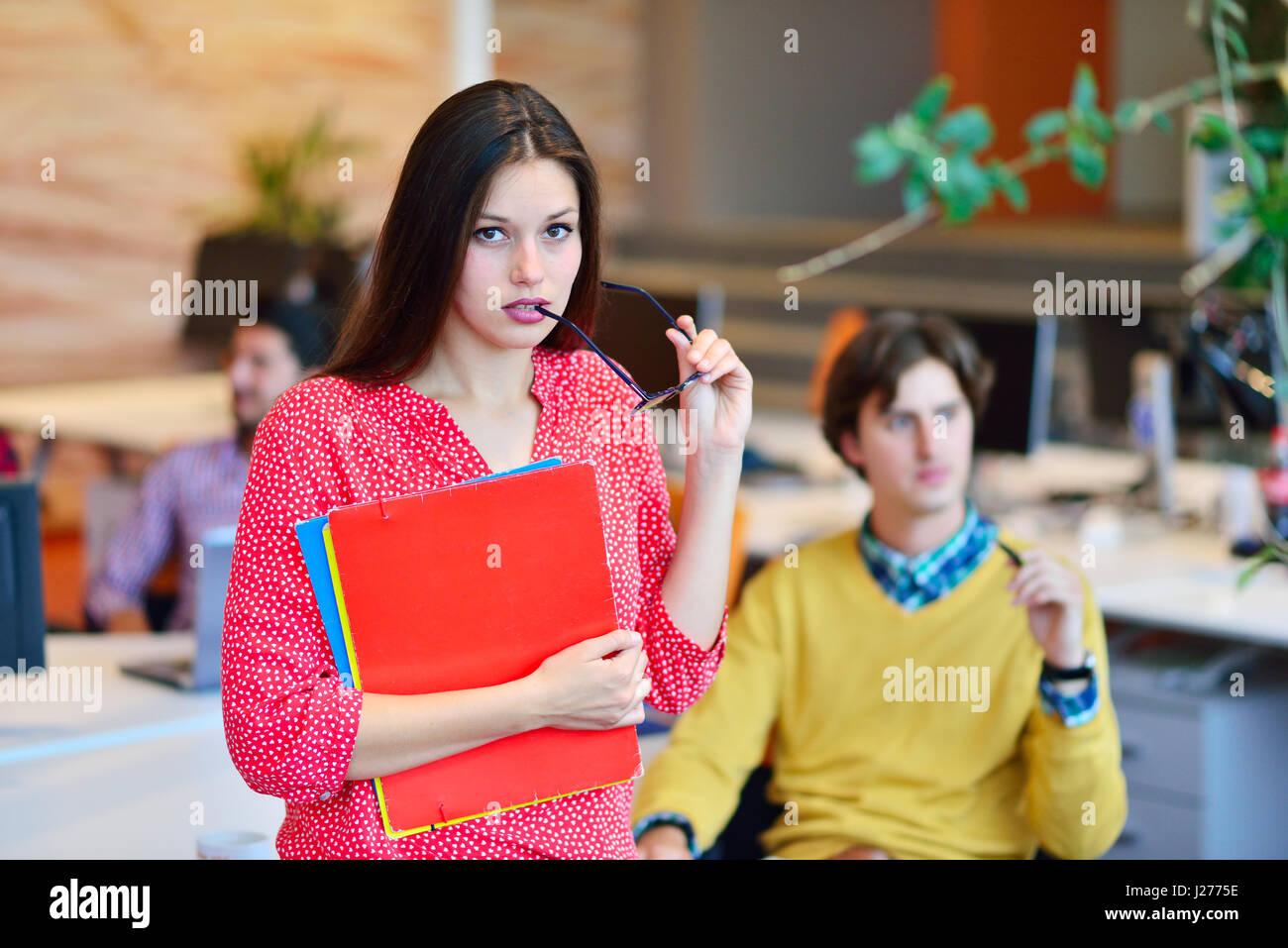 Femme d'affaires moderne dans le bureau Photo Stock