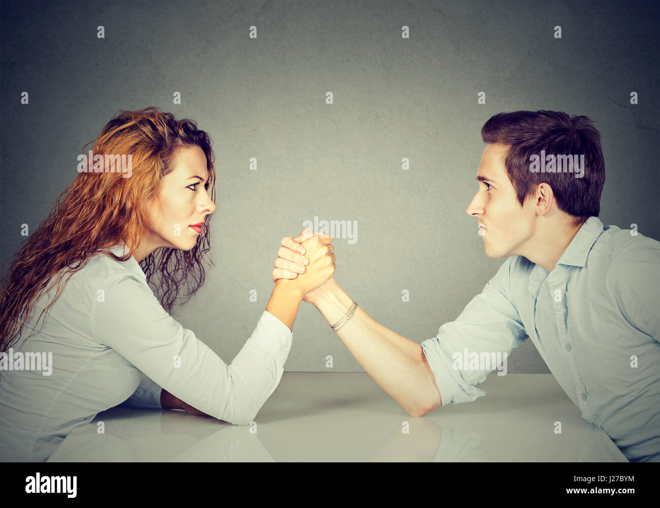 Les gens d'affaires la femme et l'homme Arm wrestling Photo Stock