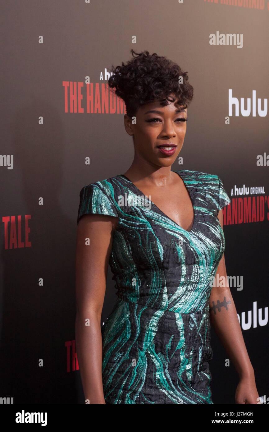 Los Angeles, USA. Apr 25, 2017. Samira Wiley arrive à Hulu's The Handmaid's Tale Première à l'ArcLight Dome le 25 Banque D'Images