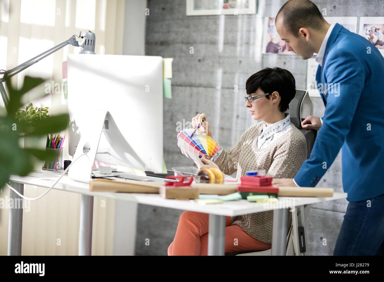 Designer féminin avec ses collègues masculins à design studio Photo Stock