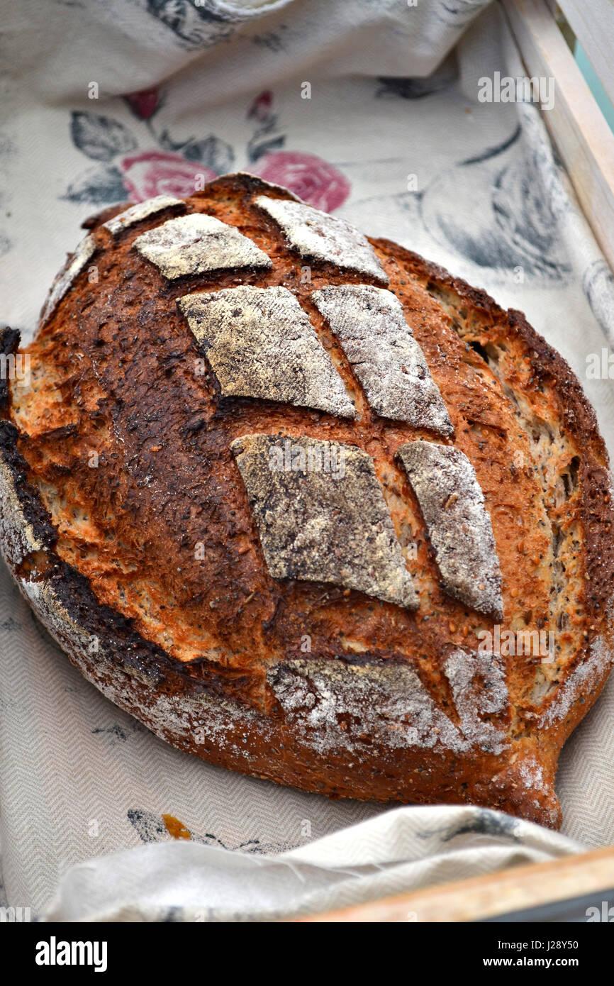 Un pain artisanal rustique dans une boulangerie traditionnelle. Un pain aux graines de citrouille et de babeurre. Banque D'Images