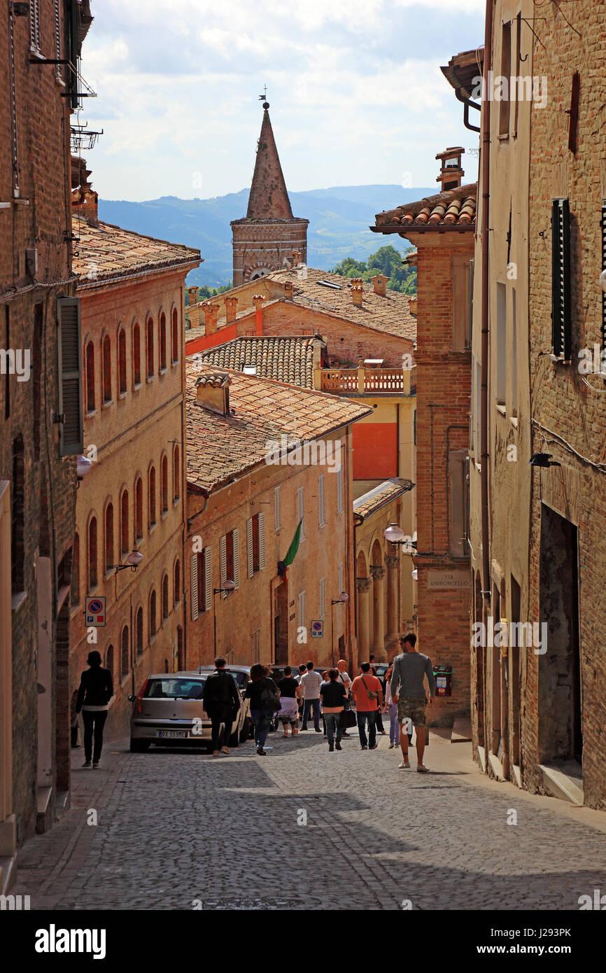 Rue étroite dans le centre de la vieille ville d'Urbin, Marches, Italie Banque D'Images