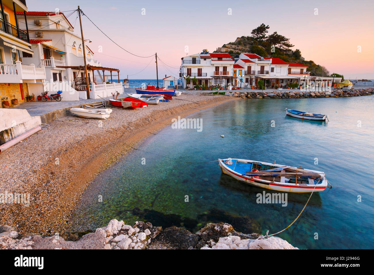 Village de Kokkari pittoresque sur l'île de Samos, Grèce. Photo Stock