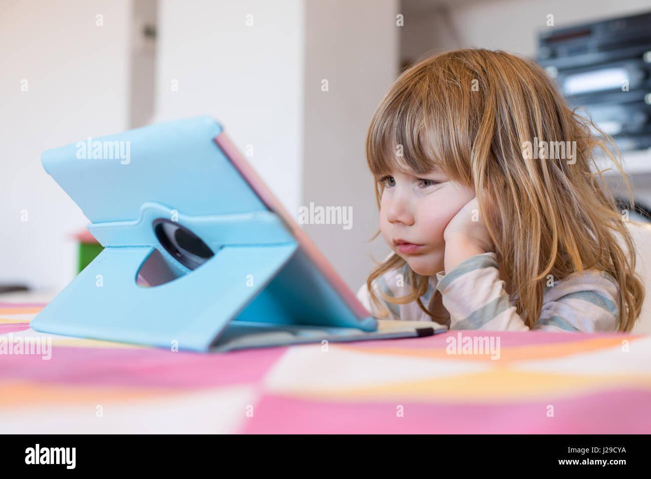 Visage répugnant expression de trois ans blonde enfant assis à l'intérieur, avec la tête Photo Stock