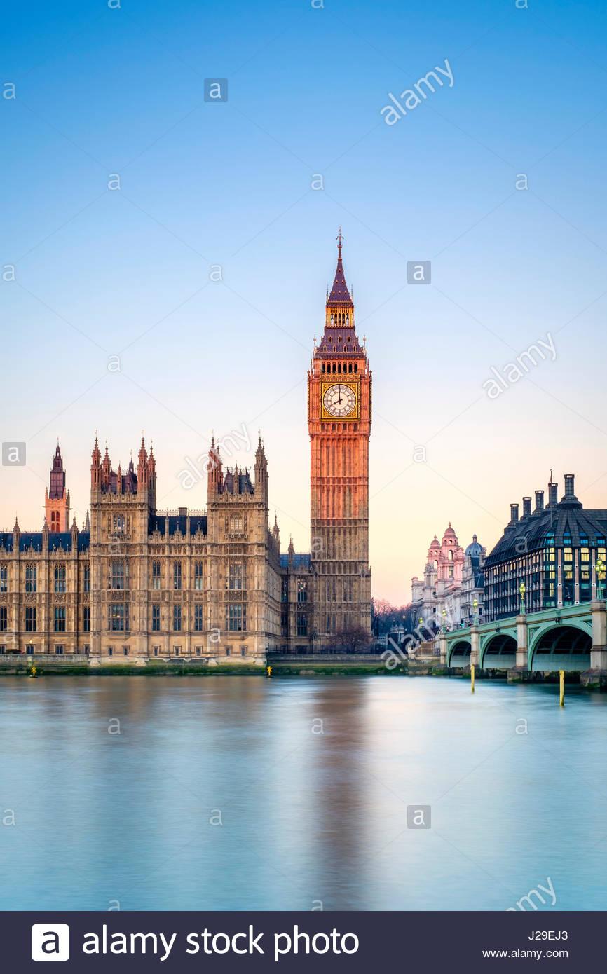 Royaume-uni, Angleterre, Londres. Le pont de Westminster, le Palais de Westminster et la tour de l'horloge de Photo Stock