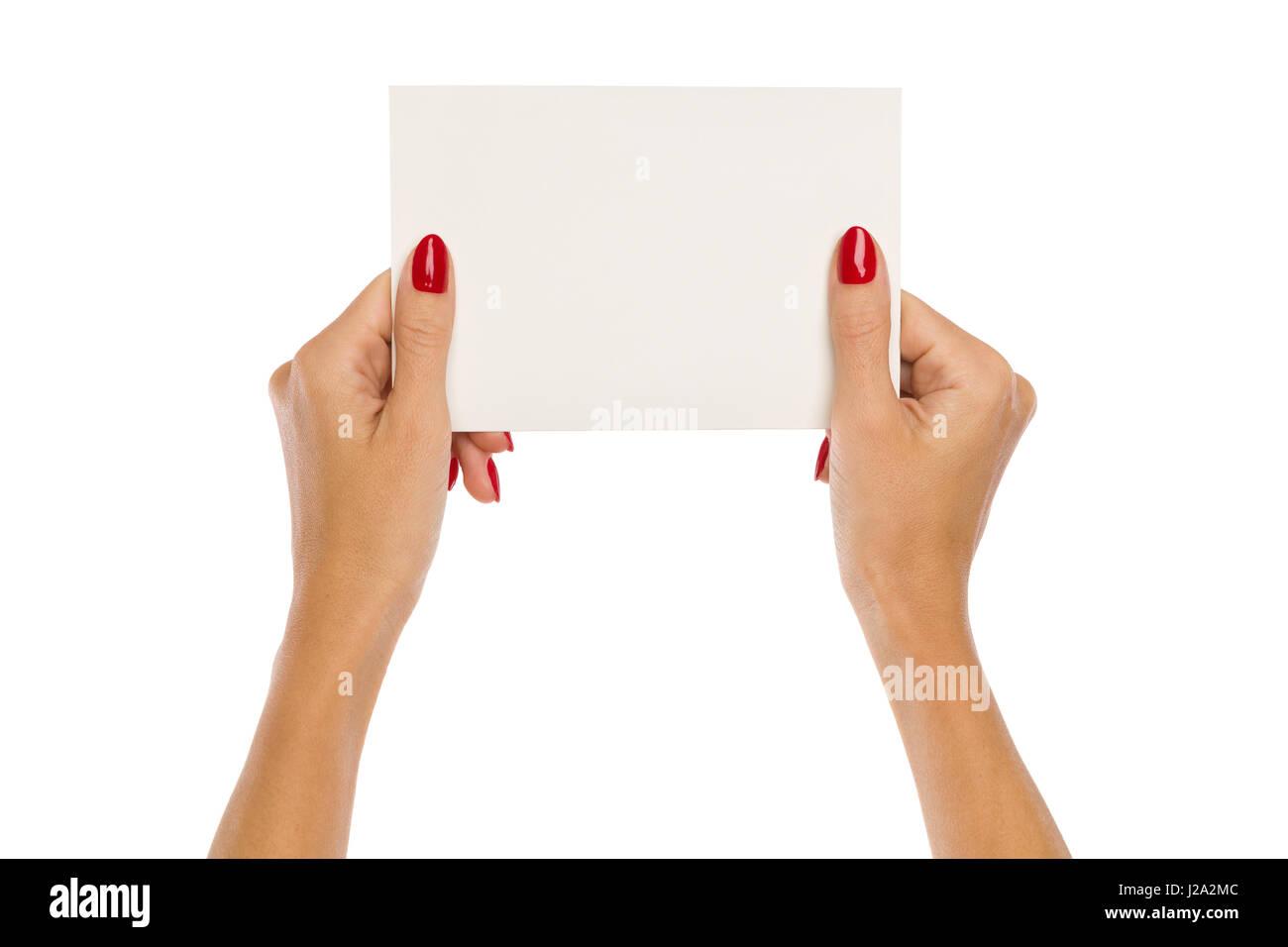 Close up of two woman's hands holding blank ongles rouge avec feuille de papier blanc. Studio shot isolé sur blanc. Banque D'Images