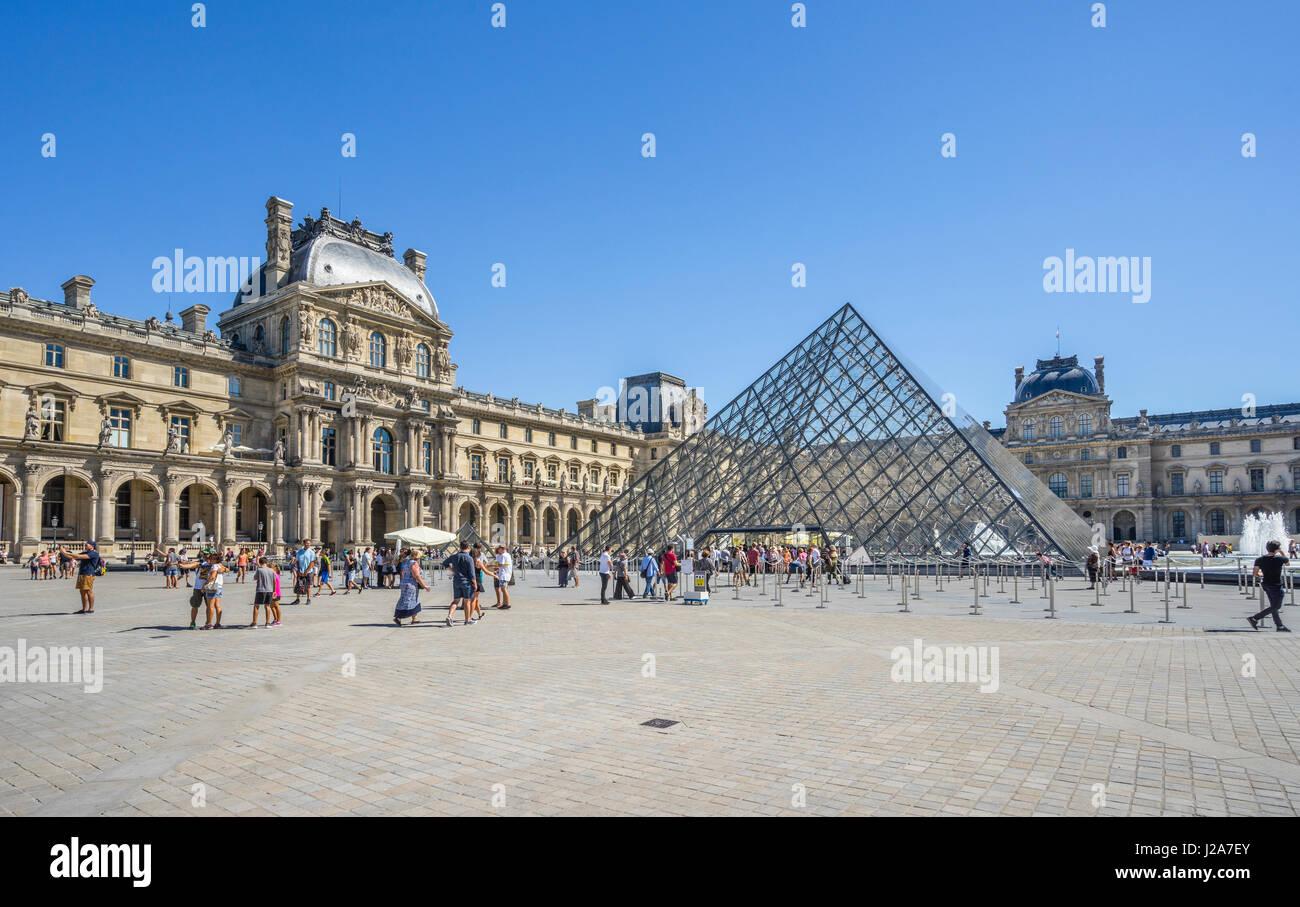 France, Paris, Palais du Louvre, vue sur cour Napoléon avec la Pyramide du Louvre Photo Stock