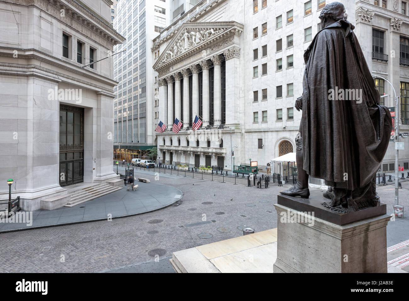 Une vue de Wall Street depuis les marches de la salle sur une journée ensoleillée à New York, NY. Photo Stock