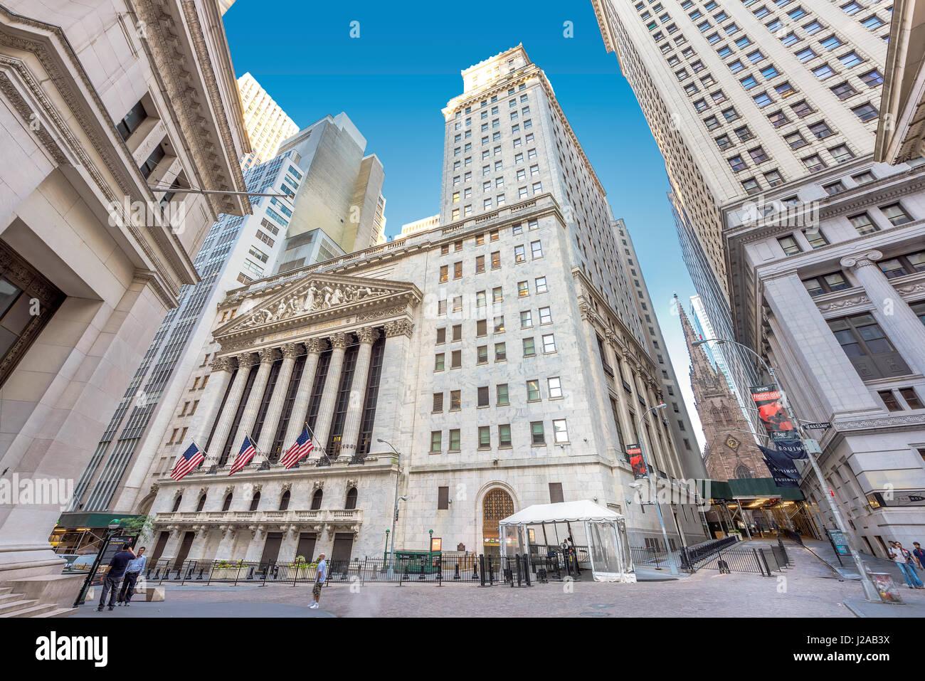 Une vue de Wall Street et New York Stock Exchange sur une journée ensoleillée à New York, USA Photo Stock