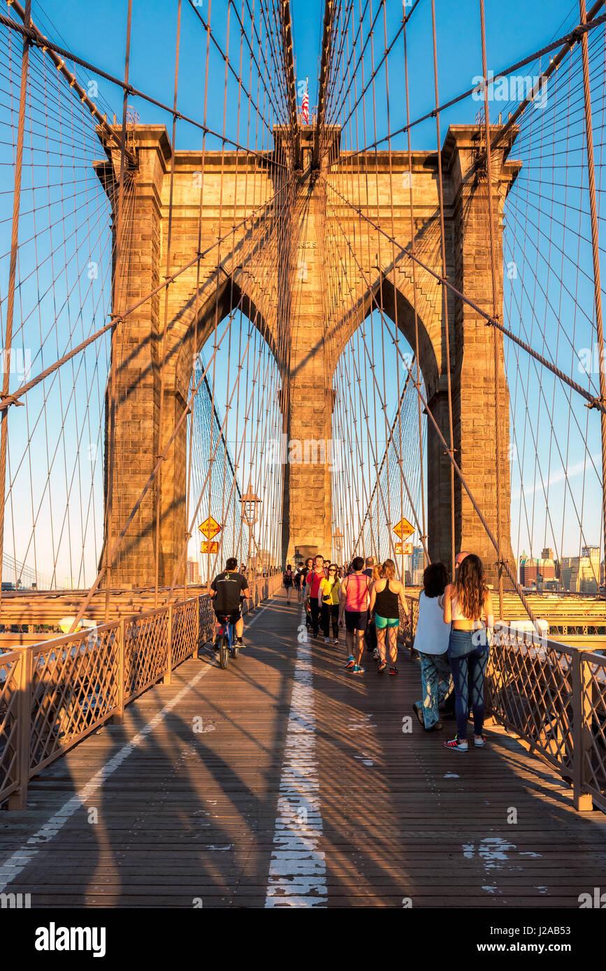 Le Pont de Brooklyn au coucher du soleil à New York, NY. Photo Stock