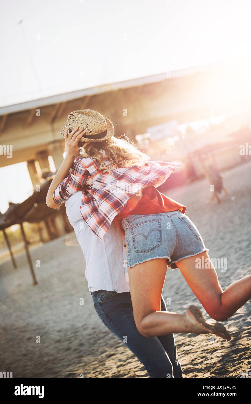 Vraiment heureux playful couple in love having fun at beach Photo Stock