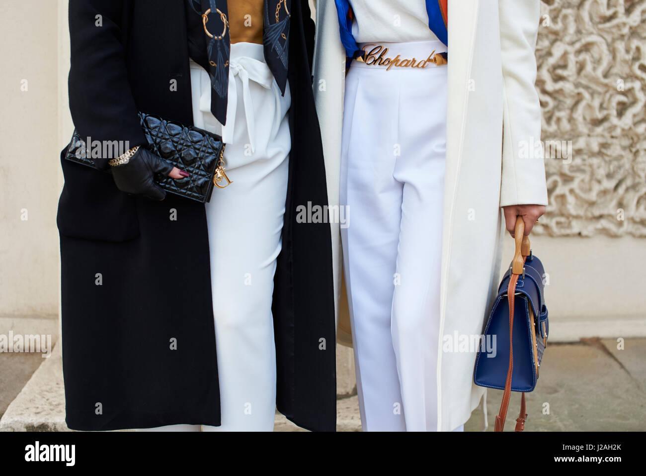 Londres - Février 2017: mid section inférieure de deux femmes dans la rue, tenant les sacs à Photo Stock