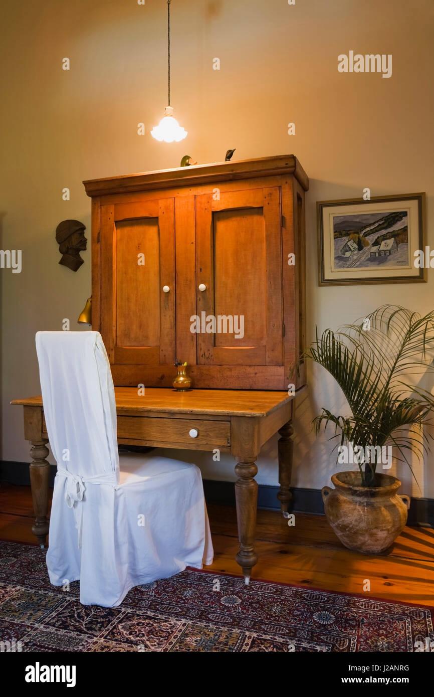 Bureau Ancien En Bois Avec Des Couverts Chaise Dans Un Tissu