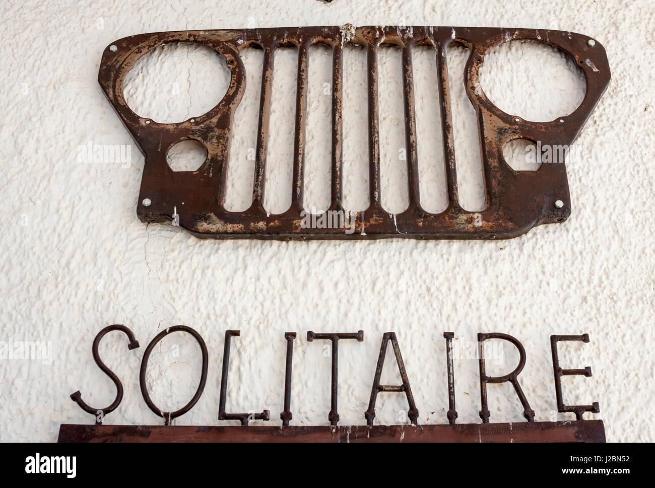 L'Afrique, la Namibie, Solitaire, Solitaire Country Lodge. Metal sign et grille de véhicule sur mur. En Photo Stock