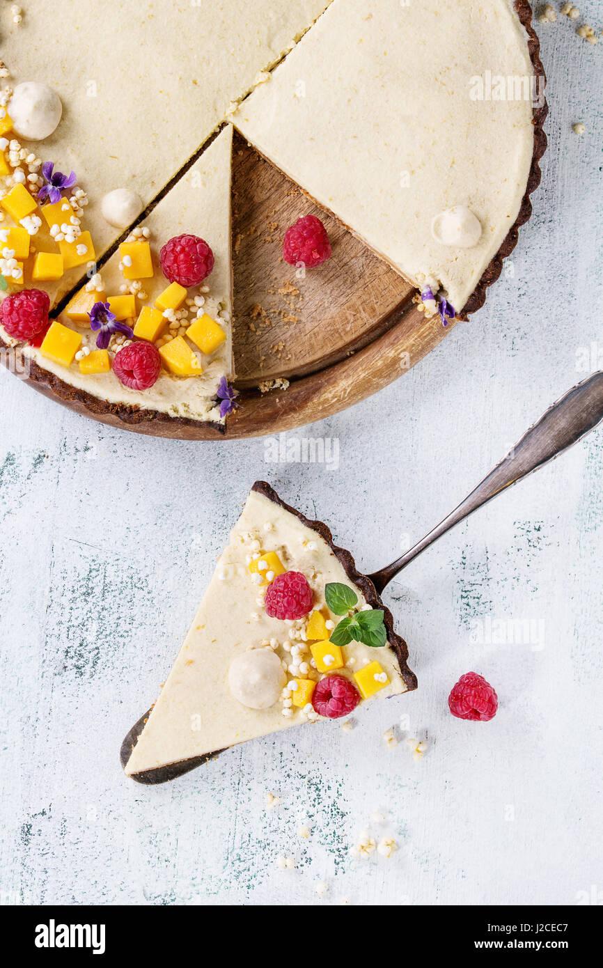 À la mangue tarte au chocolat et framboises Banque D'Images
