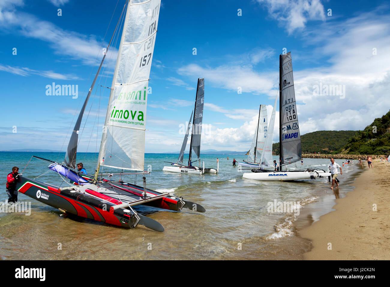PUNTA ALA - 3 juin: les équipes de la voile sur le catamaran Formule 18 course nationale, le 3 juin 2016 à Punta Banque D'Images